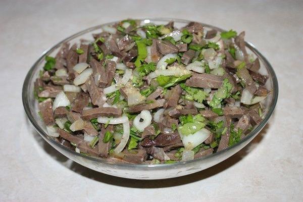 salat iz serdtsa v tarelke